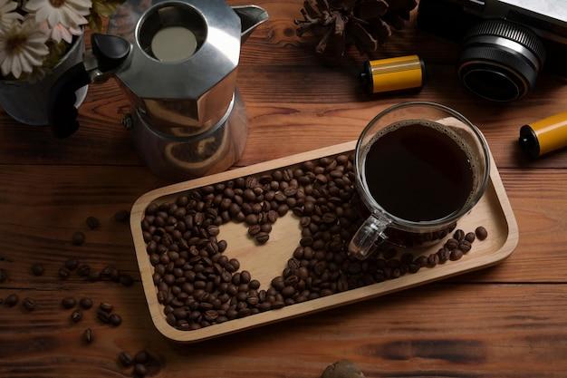 보기 위에 커피 한 잔, 볶은 커피 콩, 목탁에 있는 모카 포트.