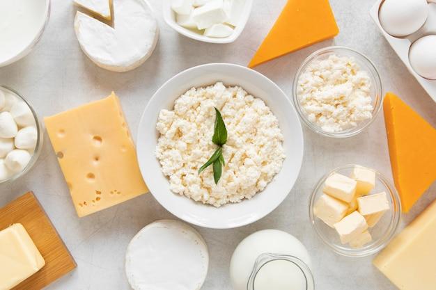 Вид сверху ассортимент молочных продуктов