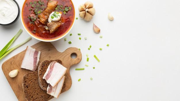 Вид сверху на ассортимент вкусных блюд с копией пространства