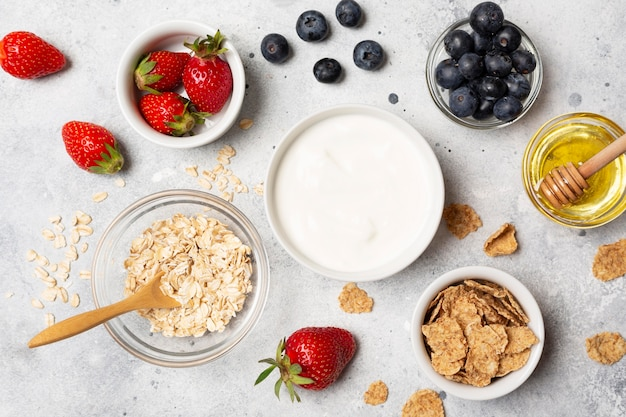 Выше вид вкусных фруктов в мисках