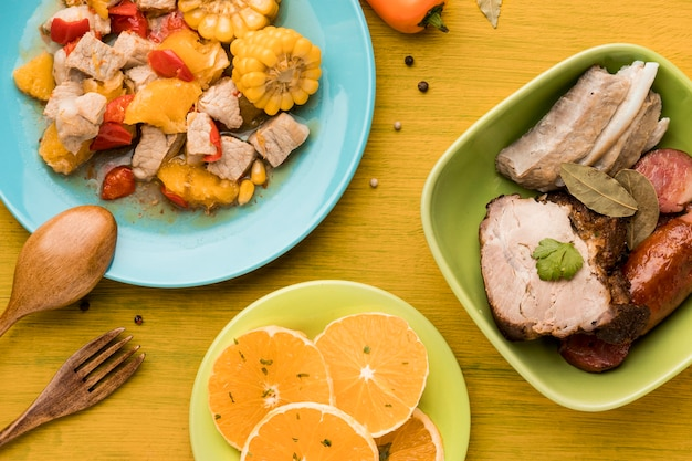 肉ととうもろこしを添えた上から見た料理