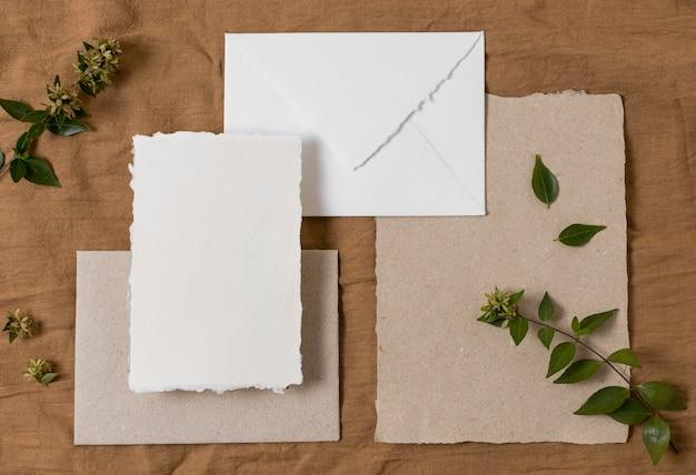 Вид сверху конверт и растения