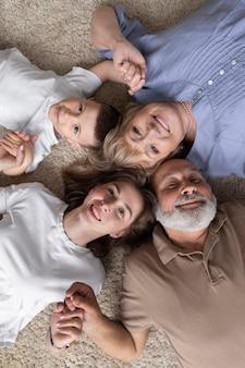 上から見た家族が一緒にポーズをとる