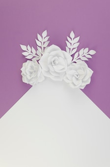 Вид сверху цветочный ассортимент с фиолетовым фоном