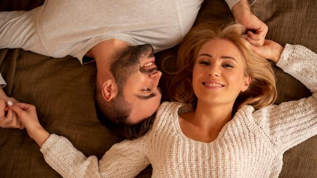 Выше зрения счастливая пара позирует