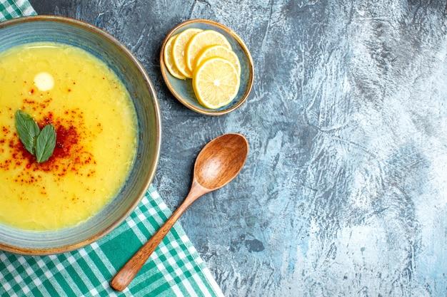 민트와 후추를 곁들인 맛있는 수프와 함께 파란색 냄비의 위보기