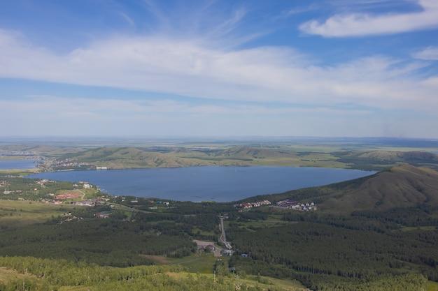 러시아 바시코르토스탄 우랄 지역의 여름에 아름다운 호수의 전망을 감상하실 수 있습니다.