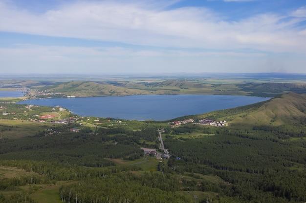 러시아 바시코르토스탄 우랄 지역의 여름에 아름다운 호수의 전망을 감상하실 수 있습니다. 프리미엄 사진