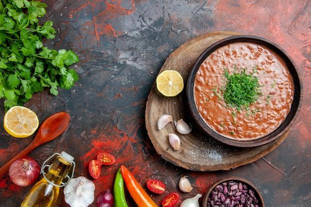 혼합 색상 테이블에 클래식 토마토 비누 콩 마늘 숟가락 오일 병 레몬 케첩보기 위