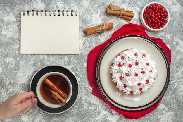 赤い布の上に果物で飾られたおいしいクリーミーなケーキのビューの上