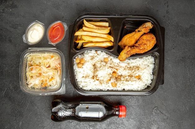 Вид сверху любимого обеденного набора