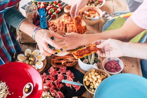 一緒に食べ物を食べる白人のグループのビューの上
