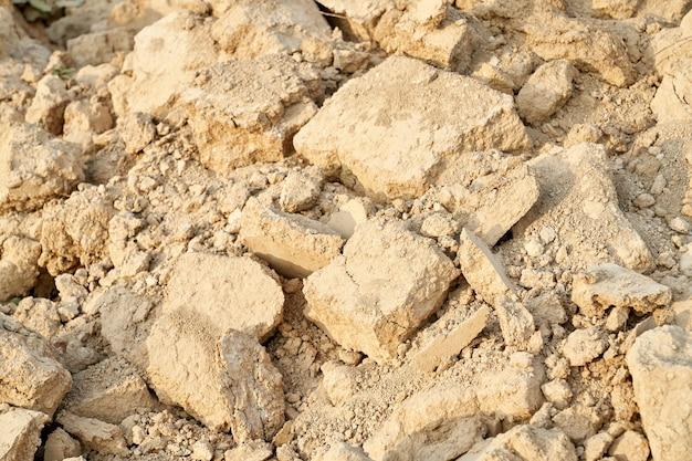 보기 위의 오래된 파괴 베이지 색 돌. 파괴 된 돌의 개념입니다.