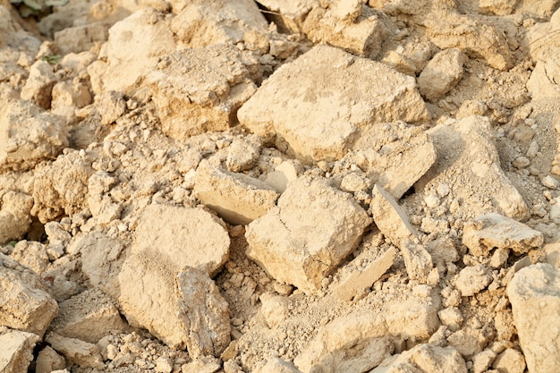 보기 위의 오래된 파괴 베이지 색 돌.