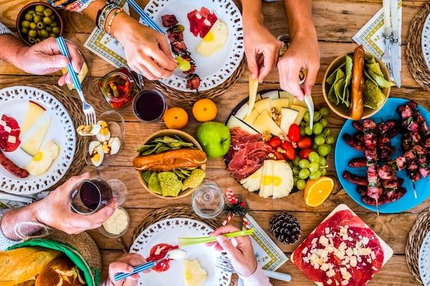 저녁 식사 또는 점심 활동 개념에 대한 색깔의 음식으로 가득 찬 테이블 위