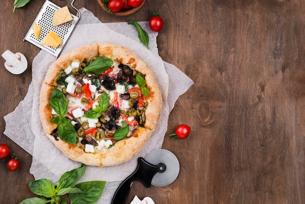 上から見たピザとカッターの配置