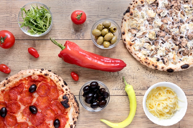 Вид сверху тесто для пиццы с пепперони