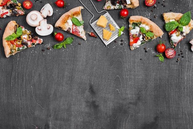 Выше вид рамки для пиццы с овощами