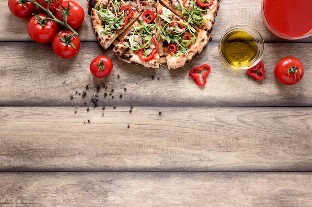 Выше вид ломтики пиццы с начинкой