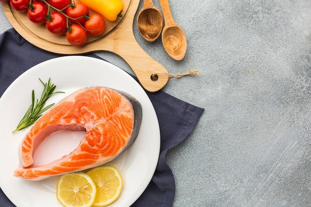 Выше вид лосось и лимон на тарелке
