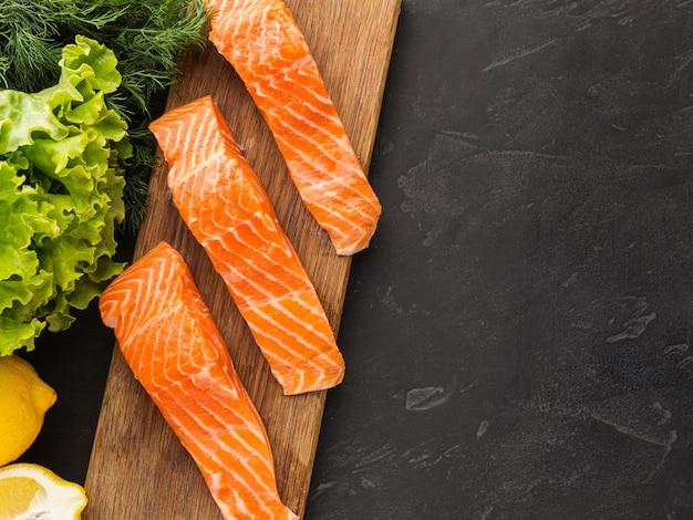 Выше вид лосося на деревянной доске