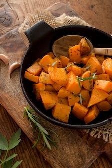 Выше вид сладкого картофеля с зеленью