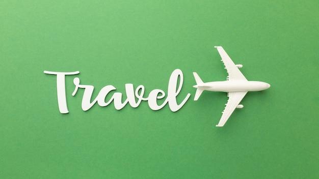 緑の背景の上のビューの旅行アイテム