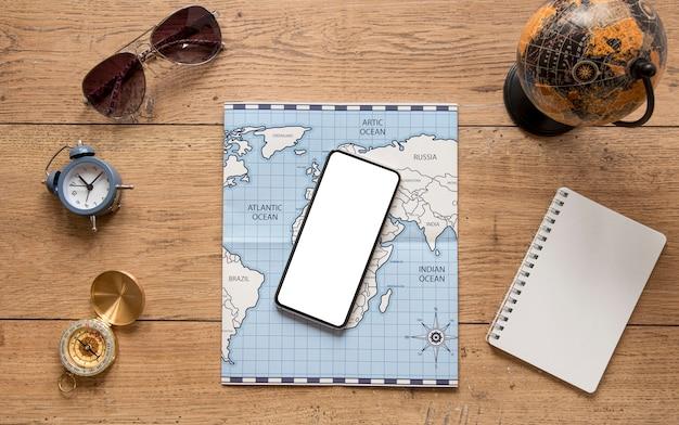 上図木製の背景に旅行アイテム