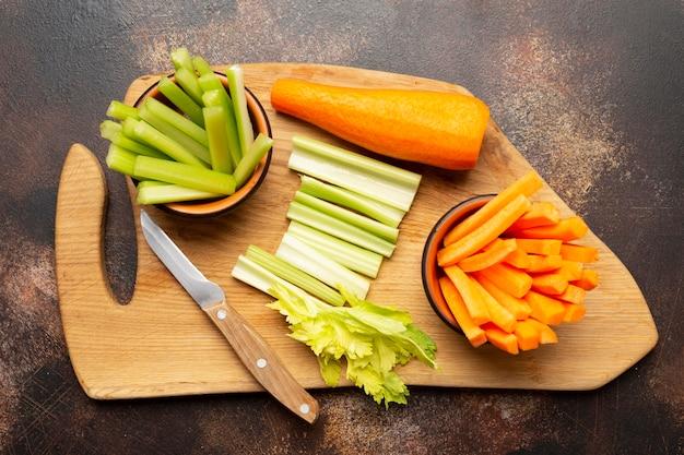 Выше вид овощи на деревянной доске