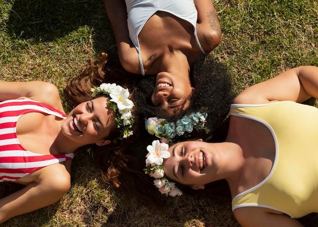 草の上に横たわっているビューの女性の上