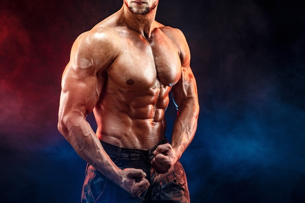 完璧なabs樹脂、肩、上腕二頭筋、上腕三頭筋、胸部とミリタリーパンツで強力なボディービルダー男