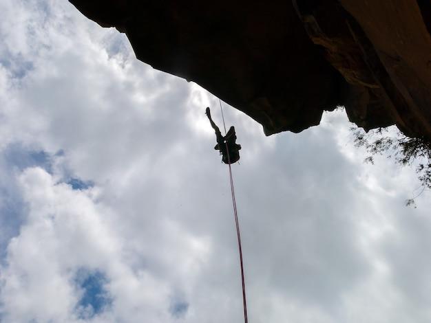 青い空と負のサンストーン岩の壁をアブセイリング-怒鳴るからの眺め