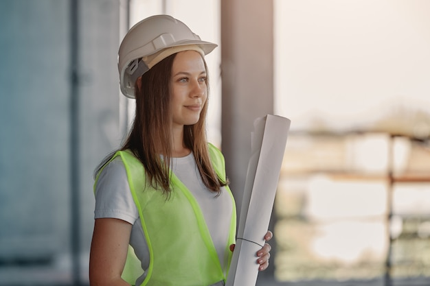 Поглощенная женщина-инженер среди строительных лесов. портрет молодого архитектора, средства защиты. селективный фокус