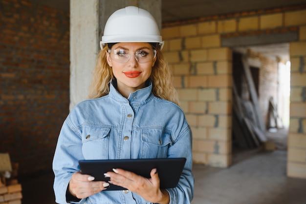 Поглощена работой женщины-инженера, работающей с планшетом
