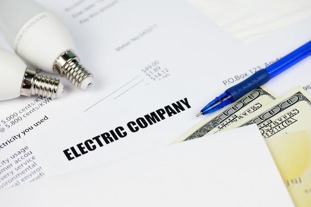 추상 미국 전기 요금. 에너지 절약 led 전구 및 전기 요금 지불 청구서를 사용하여 돈을 절약하는 개념