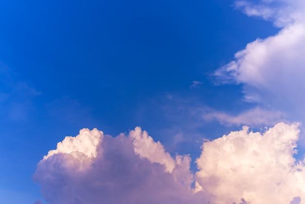 Аннотация и узор фона облачного неба, узор красочного заката или восхода солнца облаков и неба: драматический закат в сумерках, красота неба