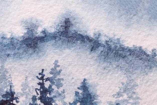 Абстрактное искусство фон светло-голубого и белого цветов. акварельная живопись на холсте с мягким джинсовым градиентом. фрагмент картины на бумаге с рисунком зимнего леса. фон текстуры, макрос.