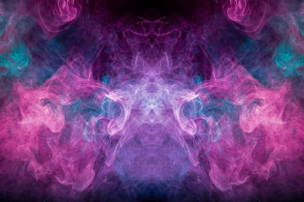 Абстрактное искусство цветной дым на черном фоне изолированные.