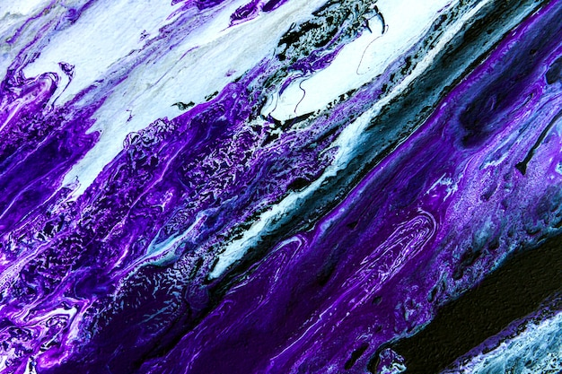 抽象アートデザインペイント画像の溝、明るい灰色の背景に分離されたグランジスタイルの明るい紫、白、ピンクのグラデーション色の線。塗料の水跡を色分けします。抽象モーション壁紙