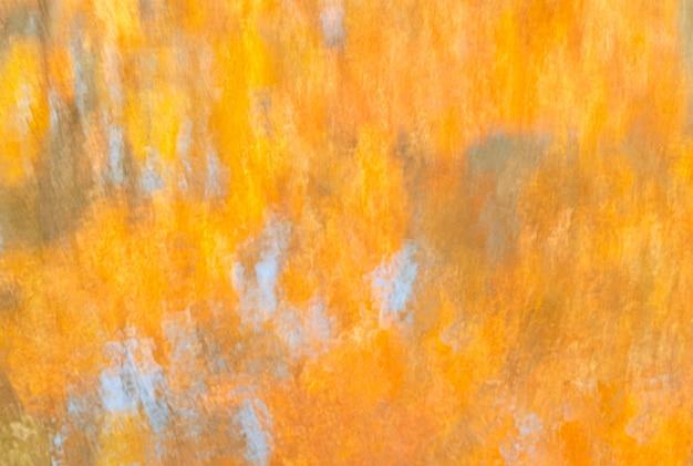 Абстрактные осенние размытые отражения в воде