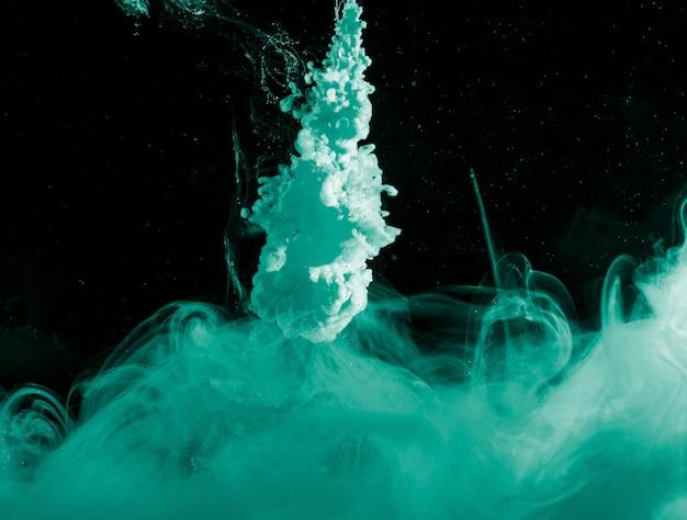 Абстрактная лазурная дымка в темной жидкости