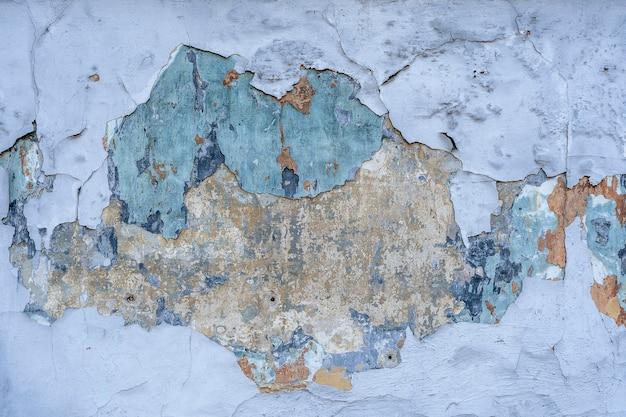금이 간 페인트 벽의 추상적인 배경과 질감. 금이 콘크리트 빈티지 파란색 벽 배경, 오래 된 벽. 확대