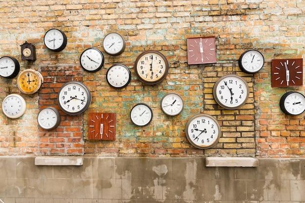 벽에 시계로 구성 된 추상적 인 배경