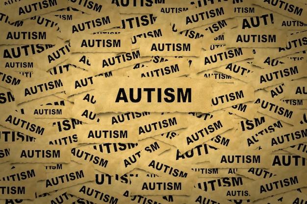 自閉症の碑文と紙片からの抽象的な背景。