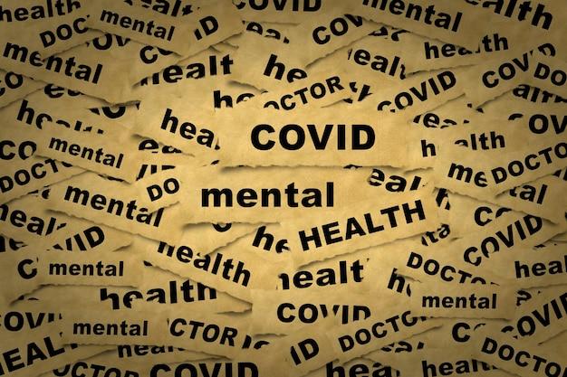 メンタルヘルスと関連する言葉が刻まれた紙片からの抽象的な背景。