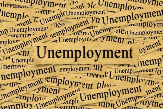 失業の碑文と破れた紙片からの抽象的な背景。
