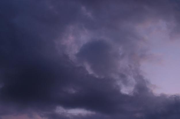 曇りの夕焼けスカイブルーアワーの抽象的な背景。