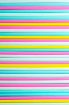 Абстрактный фон цветных коктейльных трубок