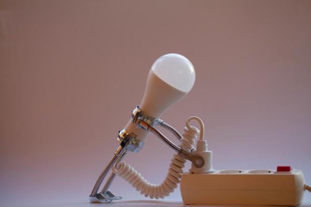 전구에서 창의적인 아이디어 개념의 추상 배경
