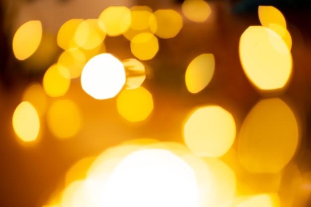 非常に照らされた黄金のボケの抽象的な背景。魔法の、幻想的な、お祭りのコンセプト。